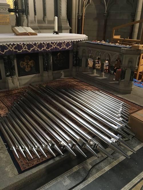 Orgelpfeifen vorm Altar der Gedächtniskirche warten darauf, abgestimmt zu werden. (Foto: lk/Edelmann)