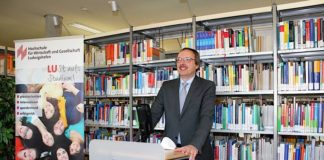 Hochschulpräsident Prof. Dr. Peter Mudra bei der Begrüßungsansprache (Foto: HWG LU)