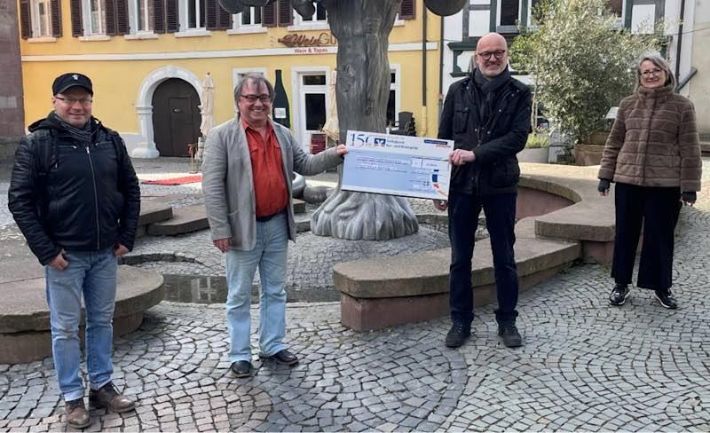 Symbolische Spendenübergabe: Rotary Präsident Peter Stahl übergebt den Spendenscheck in Höhe von 14.500 Euro an den 1. Vorsitzenden des Kunstvereins Neustadt e.V. Wolfgang Glass (Foto: Rotary Club Neustadt)