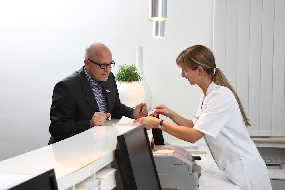 Empfang in einer Arztpraxis (Foto: AOK-Mediendienst)