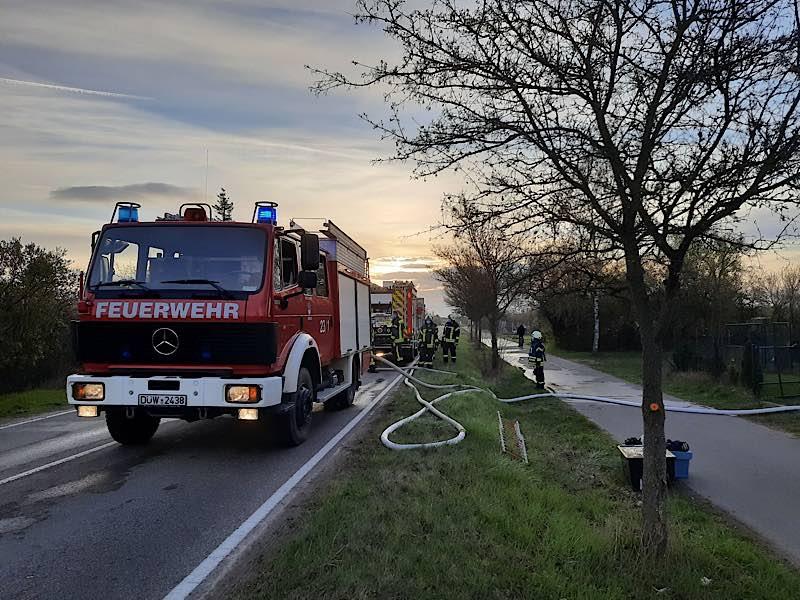 Gartenhausbrand im Sandbuckel (Foto: Feuerwehr Haßloch)