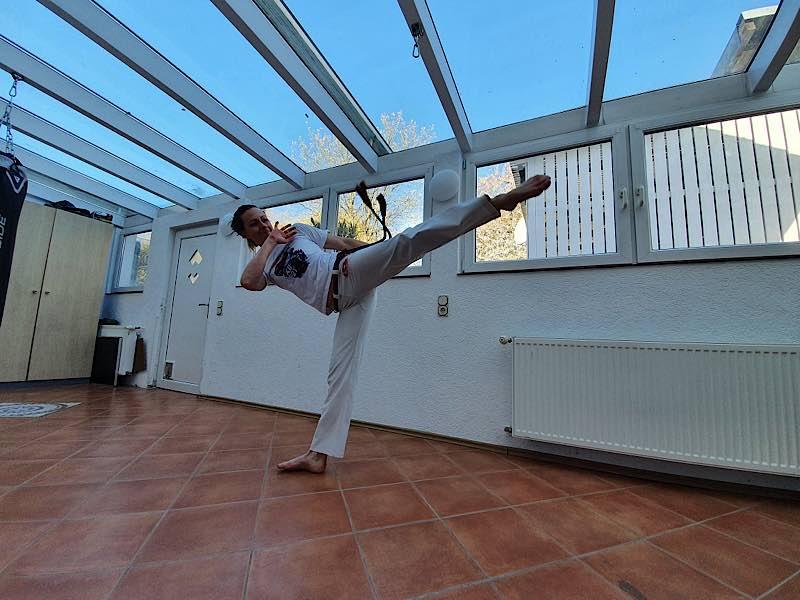Lila Sax dos Santos Gomes im Wettkampf mit ihrem Capoeira-Mitspieler - dieses Mal zu Hause vor dem heimischen Laptop (Fotos: Capoeira Karlsruhe e.V.)