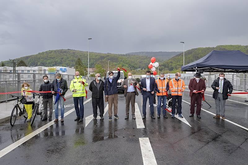 Die Hebelstraßenbrücke ist eröffnet: Oberbürgermeister Prof. Dr. Eckart Würzner (6. v. r.), Erster Bürgermeister Jürgen Odszuck (7. v. r.) und Bürgermeister Raoul Schmidt-Lamontain (r.) geben den Weg für Fahrräder und Fahrzeuge frei. (Foto:Philipp Rothe)