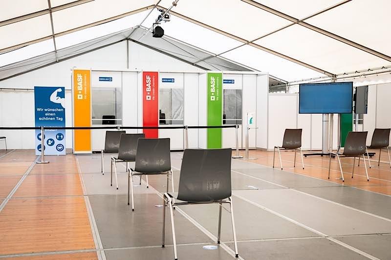 Das Corona-Impfzentrum von BASF ist auf dem Werksgelände in einer eigens dafür umgebauten Multifunktionshalle – alles streng nach den Vorgaben der Landesregierung. (Foto: BASF SE)