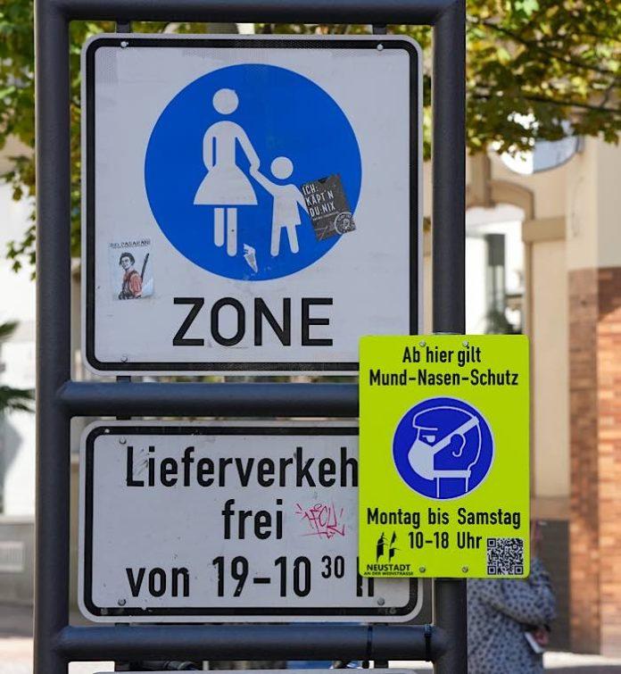 Maskenpflichthinweis in der Fußgängerzone in Neustadt an der Weinstraße (Foto: Holger Knecht)
