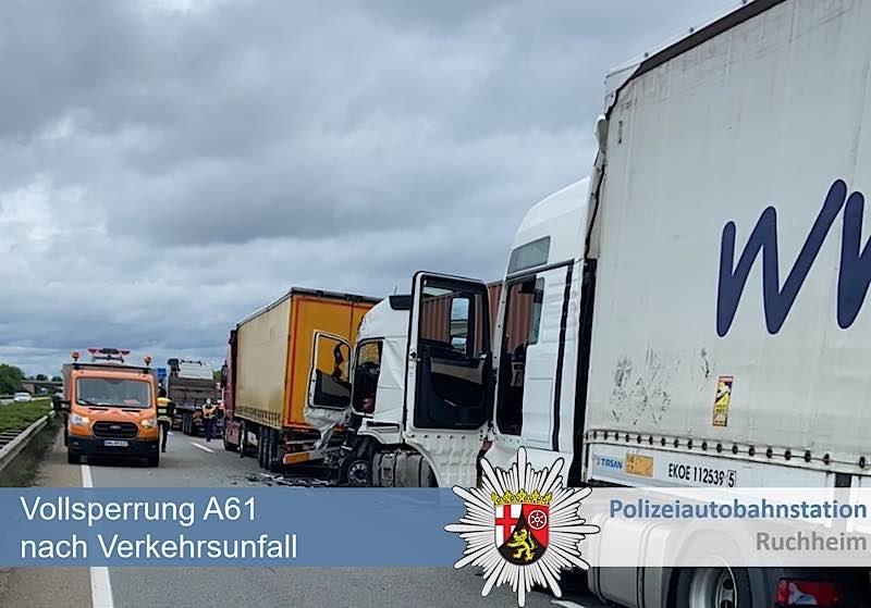 Verkehrsunfall mit mehreren LKW (Foto: Polizei RLP)