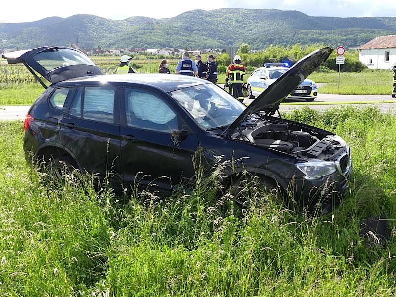 Der beschädigte BMW (Foto: Feuerwehr Neustadt)