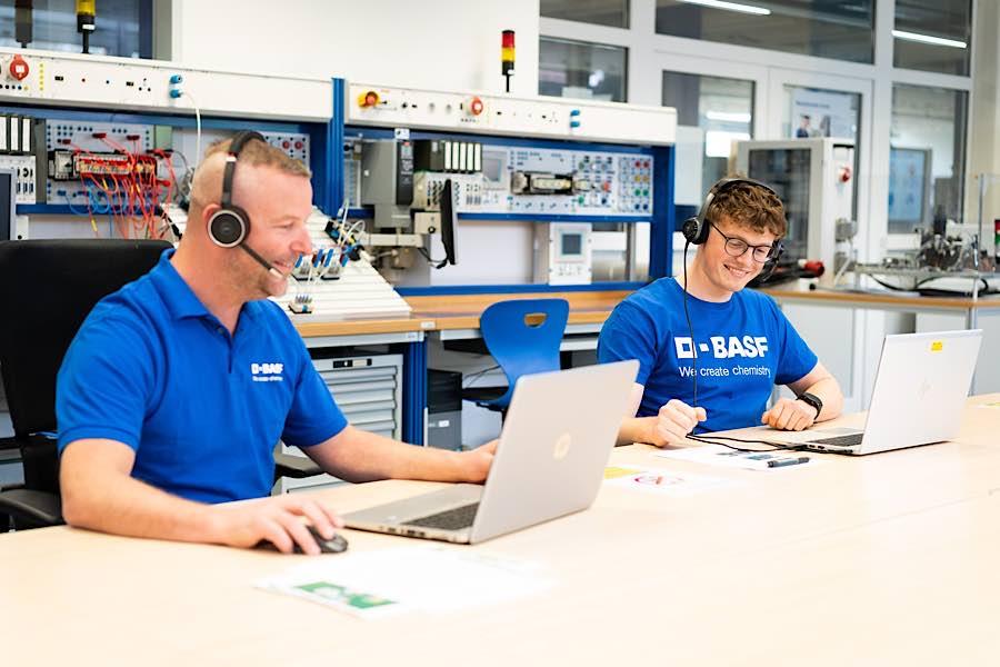 Generalprobe für die Mechatroniker: Üben für die Onlinevorträge für den Infotag am 8. Mai: Eric Greifenstein (Ausbilder) und Dominik Weber (Auszubildender im 2. Ausbildungsjahr). (Foto: BASF SE)