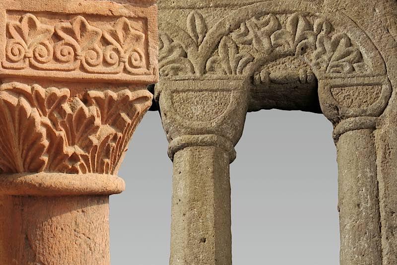 Fotomontage Kapitell an der Zwerggalerie des Doms und Ornament am Fenster der Mikwe (Fotos: Domkapitel Speyer / Historisches Museum der Pfalz)