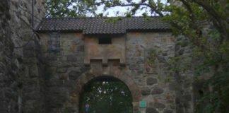 Das verschlossene Tor der Wachenburg am 26. Mai 2021 (Foto: Hannes Blank)