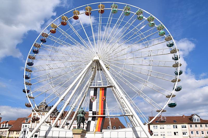 """Ab sofort dreht das """"Landau Eye"""" wieder seine Runden auf dem Landauer Rathausplatz. (Quelle: Stadt Landau)"""