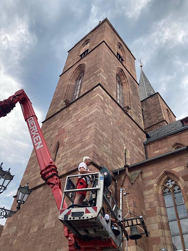 Die Glocke wurde mit einem Spezialkran in die Höhe gebracht (Foto: Stadtverwaltung Neustadt)