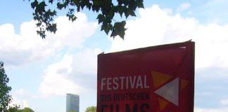 Säule am Eingang des Festivals (Foto: Hannes Blank)