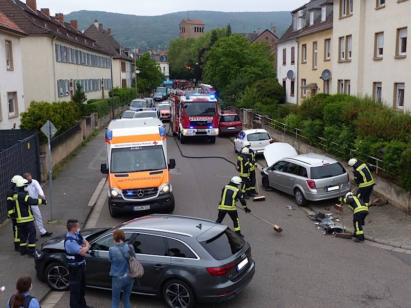 Verkehrsunfall im Kreuzungsbereich Branchweilerhof- / Landwehr- und Hagenstraße (Foto: Feuerwehr Neustadt)