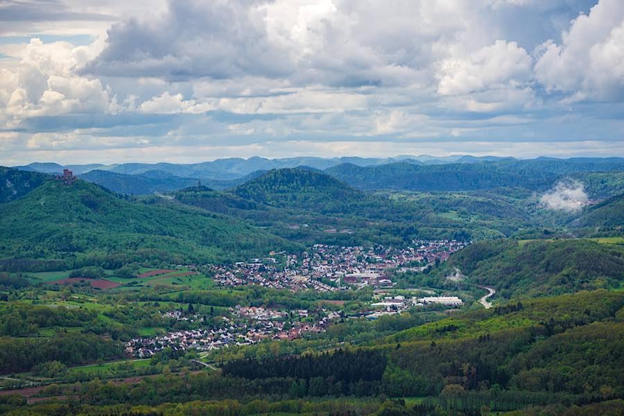 Annweiler, gesehen vom Ohrensfels (Foto: Holger Knecht)