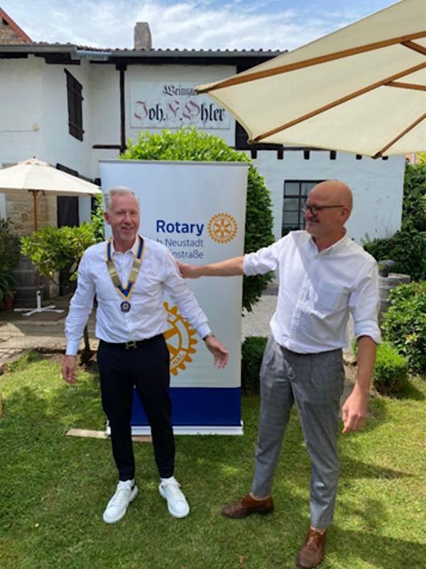 Dr. med. Andreas Liermann (links) übernimmt zum 1.7.21 das Amt als Rotary Präsident 2021-2022 von Apotheker Peter Stahl (rechts). (Foto: Rotary Club Neustadt)