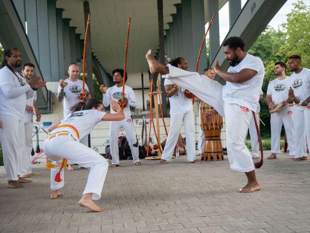 Bei der sogenannten Batizado erhalten Capoeiristas ihre neuen Kordeln, die ihren Kennt- nisstand innerhalb der Kampfkunst widerspiegeln. (Fotos: Cyril Bitterich)
