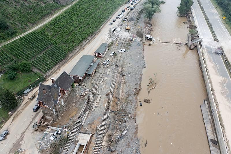 Folgen des gravierenden Unwetters in Rheinland-Pfalz - hier: Heimersheim bei Bad Neuenahr-Ahrweiler (Drohnenaufnahmen) (Foto: Deutsche Bahn AG / Patrick Kuschfeld)