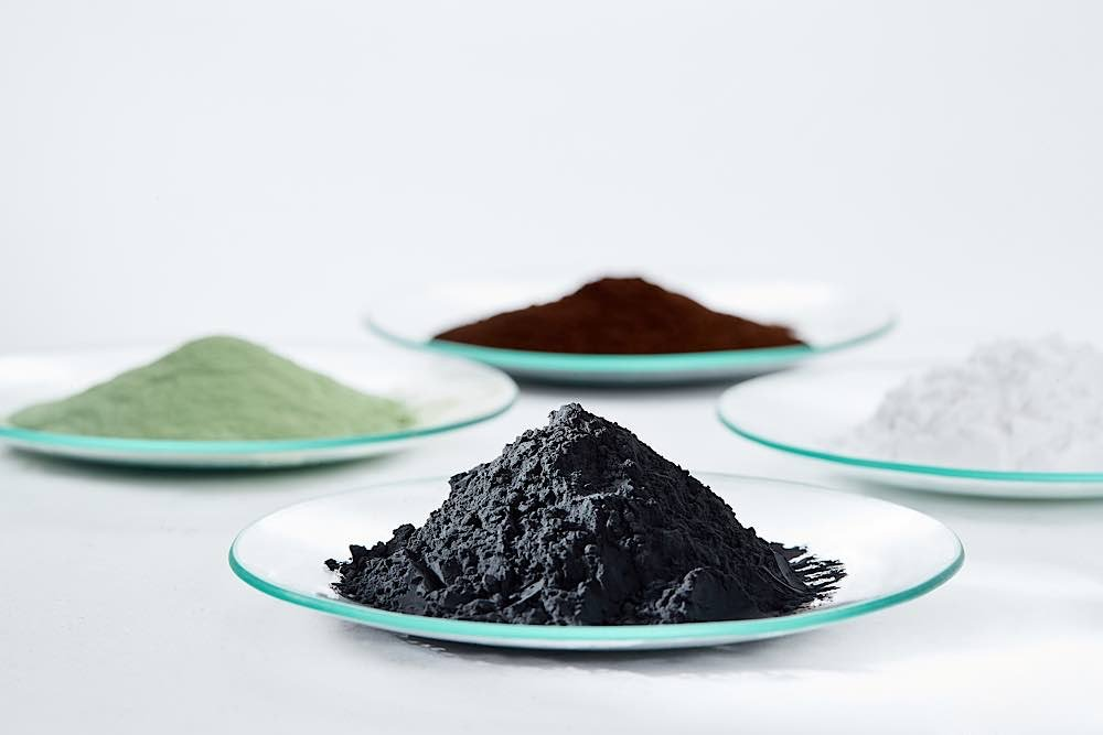Schlüssel zu leistungsstarken Batteriematerialien: Kathodenmaterialien-Vorprodukte (grünes und braunes Pulver), Lithiumcarbonat (weißes Pulver) und Kathodenmaterialien (schwarzes Pulver). (Foto: BASF SE)