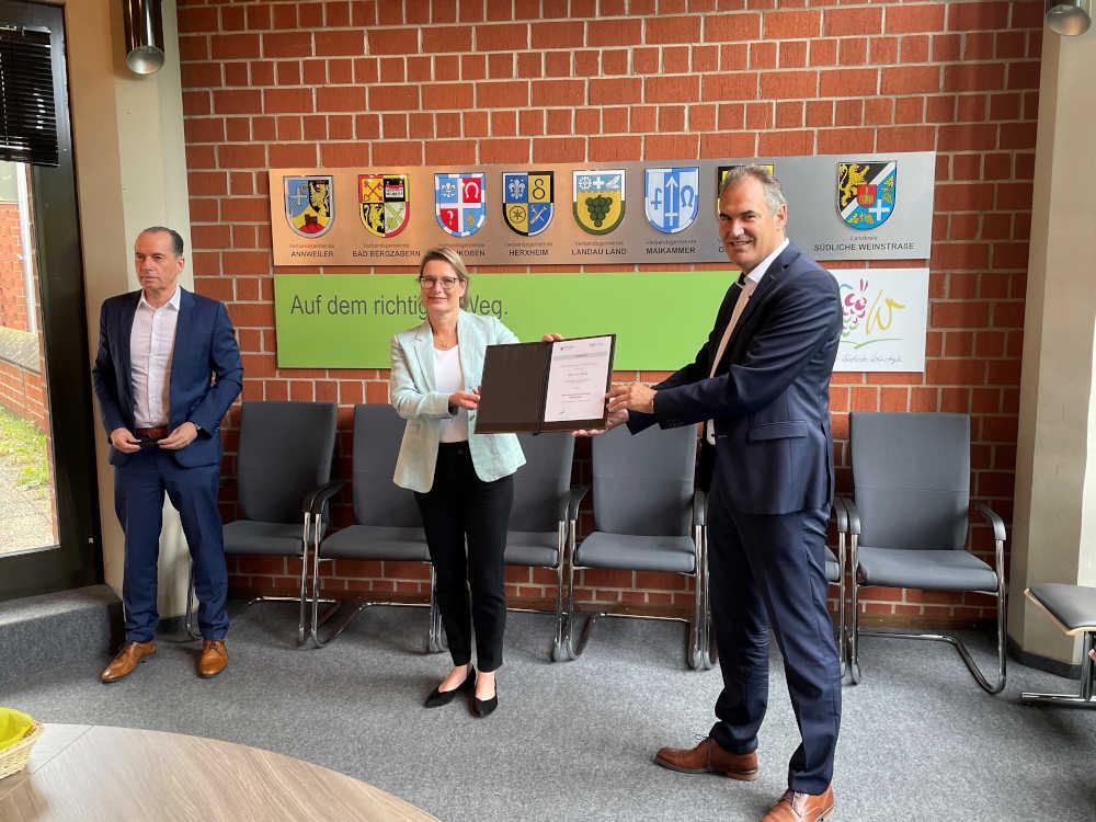 v.l.: ISB-Vorstand Dr. Ulrich Link, Bildungsministerin Dr. Stefanie Hubig, Landrat Dietmar Seefeldt (Foto: ISB)