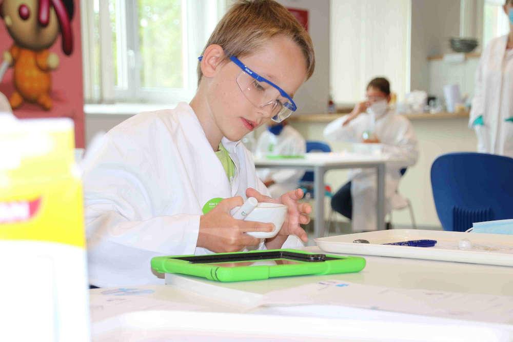 Forscher sein ist spannend und macht Spaß! Das können Kinder im Ferienprogramm, an den Familien-Samstagen oder bei den Online-Experimenten im BASF Kids' Lab selbst erfahren. (Foto: BASF SE)