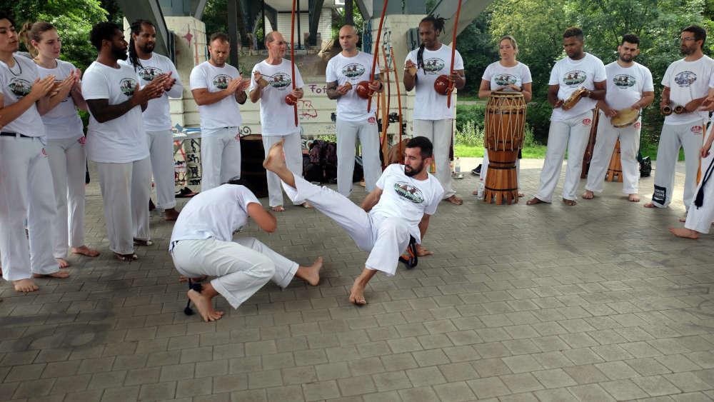 Bei der sogenannten Batizado erhalten Capoeiristas ihre neuen Kordeln, die ihren Kennt- nisstand innerhalb der Kampfkunst widerspiegeln. (Fotos: Uwe Böse)