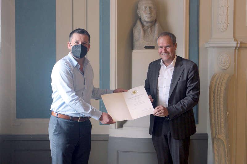 Oberbürgermeister Prof. Dr. Eckart Würzner (rechts) überreichte Artur Solowiej die Rettungsmedaille des Landes Baden-Württemberg. (Foto: Stadt Heidelberg)