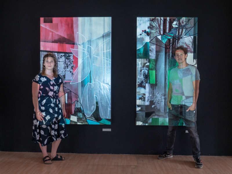 Valentina Jaffé und René BUJA vor einem ihrer gemeinsamen, in künstlerischer Kooperation entstandenen Kunstwerke. (Foto: Marc Skribiak)