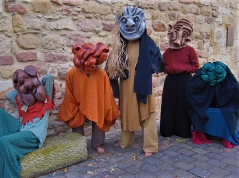 Die Trolle in ihren selbsterzeugten Masken und Kostümen
