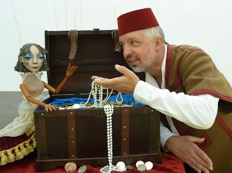 Anitra (Puppe der Dornerei) und Peer (Wolfgang Braunstein)