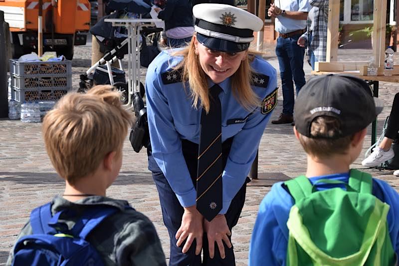 Stefanie Becker, Verkehrssicherheitsberaterin bei der Polizei Landau, im Gespräch mit zwei ABC-Schützen. (Quelle: Stadt Landau)