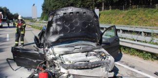 Total zerstörter PKW des Unfallverursachers (Foto: Polizei RLP)