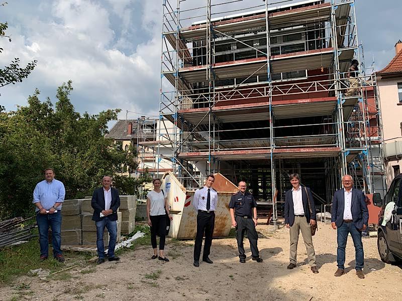 Erster Bürgermeister Jürgen Odszuck (2. v. r.) besucht mit Vertreterinnen und Vertretern der Stadtverwaltung sowie Feuerwehr Heidelberg den Rohbau des Feuerwehrgerätehauses Ziegelhausen, dessen Außenfassade derzeit gestaltet wird. (Foto: Stadt Heidelberg)