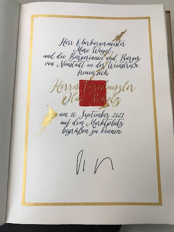 Eintrag ins Goldene Buch (Foto: Stadtverwaltung Neustadt)