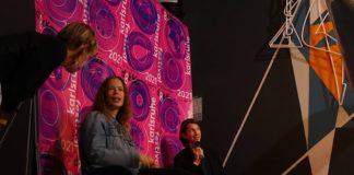 Preisträgerin Janna Ji Wonders (links) im Gespräch im Festivalleiter Nils Menrad (Foto: Hannes Blank)