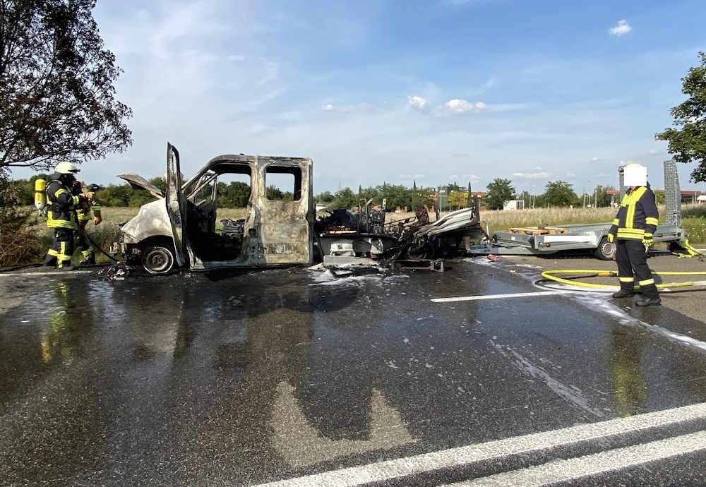 Ausgebrannter Pritschenwagen (Foto: Polizei RLP)