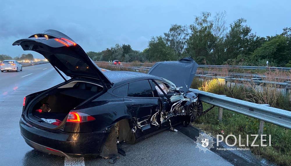 Unfall mit E-Auto (Foto: Polizei RLP)
