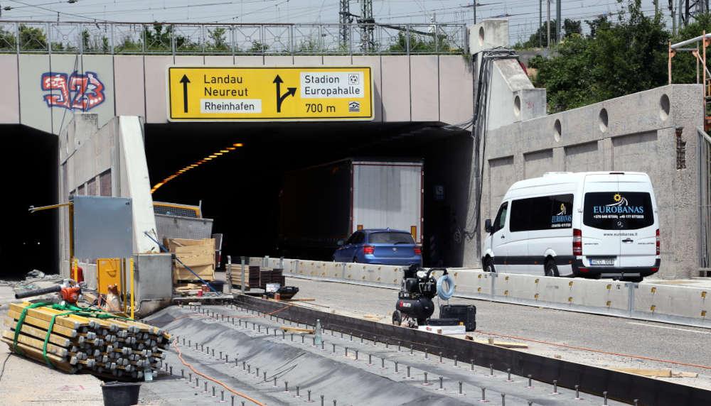 Östliches Tunnelportal mit Schilderbrücke (Foto: Sabine Enderle, Stadt Karlsruhe)