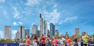 Läuferinnen und Läufer vor der Frankfurter Skyline (Foto: Mainova Frankfurt Marathon)