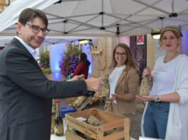 """400 Flaschen """"Flutwein"""" wurden in Landau für den guten Zweck verkauft. (Quelle: Stadt Landau)"""