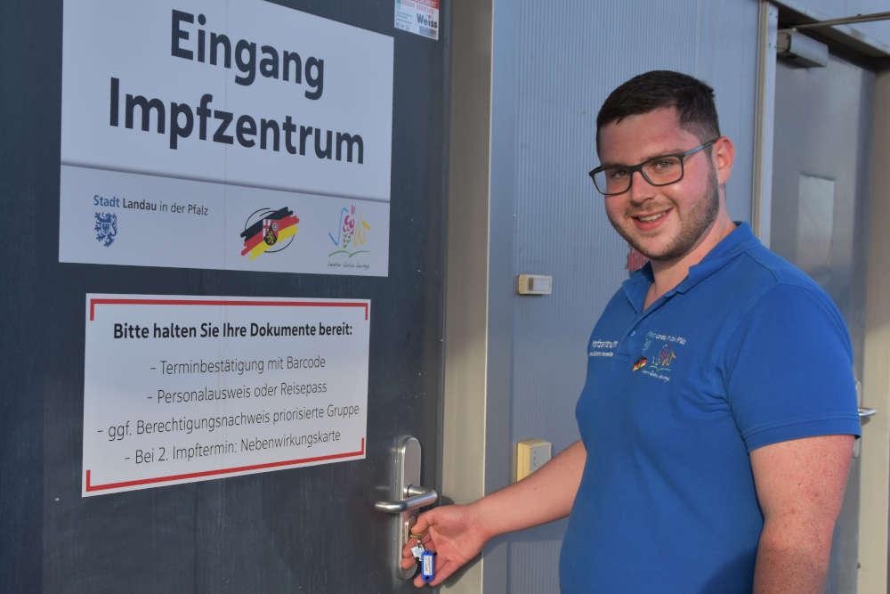 Impfkoordinator Bastian Dietrich schließt zum letzten Mal die Tür zum Impfzentrum LD/SÜW. (Quelle: Stadt Landau)
